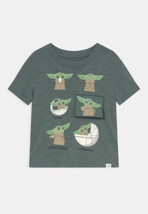 TODDLER BOY FLIPPY - Print T-shirt - district green