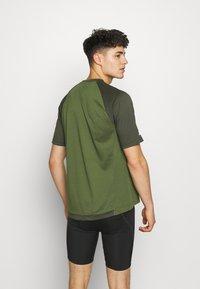 Zimtstern - PUREFLOWZ MEN - T-Shirt print - bronze green/forest night/fog green - 2