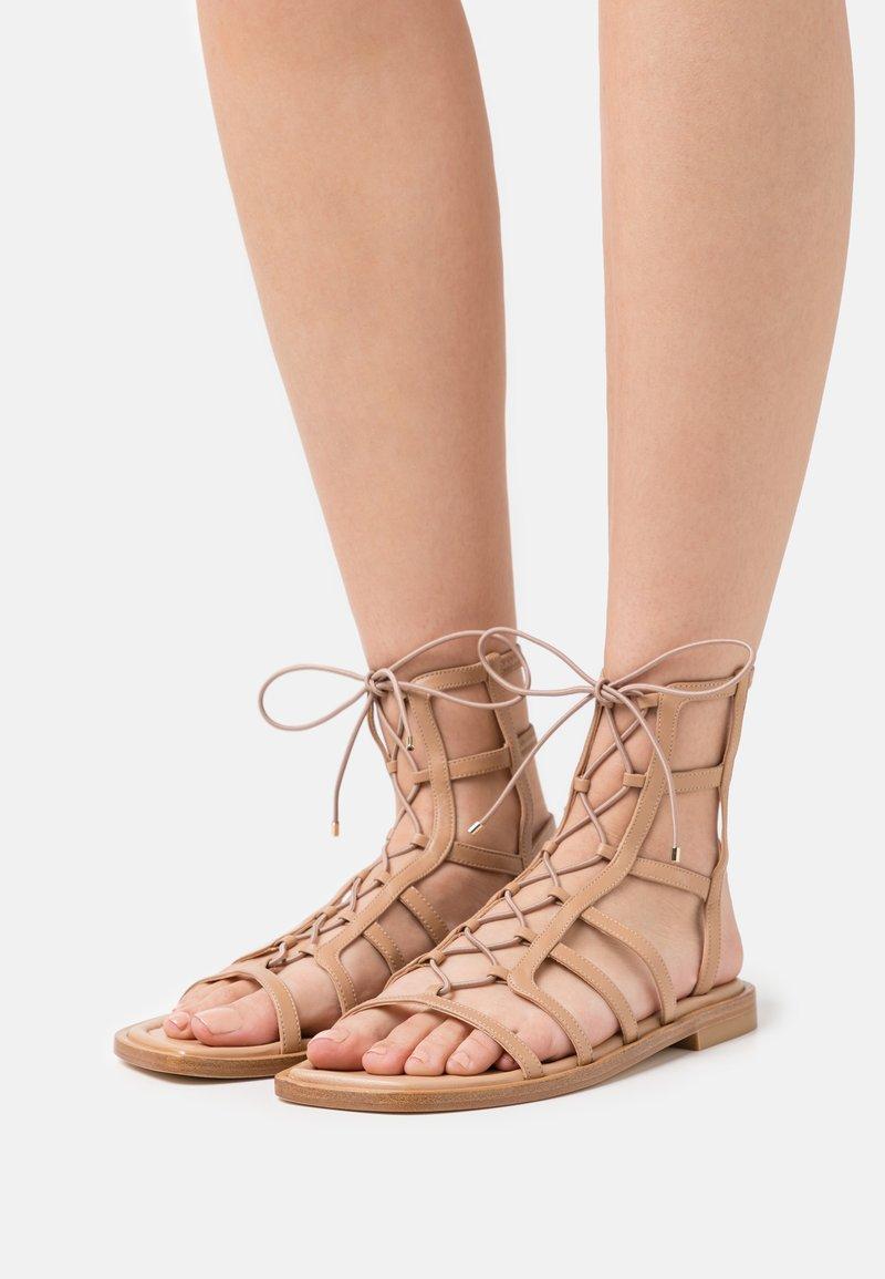 Stuart Weitzman - KORA LACE UP - Sandalen met enkelbandjes - tan