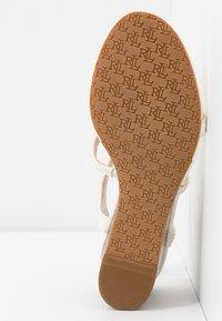 Lauren Ralph Lauren - CHARLTON CASUAL WEDGE - Sandály na klínu - vanilla - 6