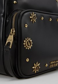 Versace Jeans Couture - SMALL BACKPACK STUD BORDER DETAIL - Rucksack - nero - 3