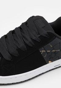DC Shoes - COURT GRAFFIK UNISEX - Scarpe skate - black - 5