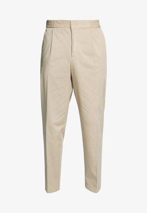 MODERN SUMMER - Pantalones chinos - beige