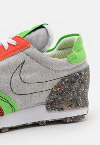 Nike Sportswear - DBREAK-TYPE M2Z2 UNISEX - Trainers - photon dust/team orange/mean green/sail/black - 5