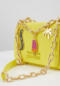 Versace Jeans Couture - CHAIN CHARMS - Schoudertas - yellow - 5