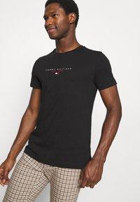 Tommy Hilfiger - ESSENTIAL - T-shirt z nadrukiem - black - 3
