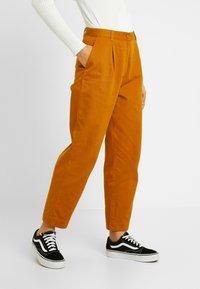 Monki - JAINEY TROUSERS - Kalhoty - camel - 0