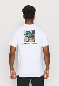The North Face - BOX TEE - Triko spotiskem - white/hawthorne khaki/duck - 2