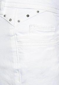 Street One - CASUAL FIT IN 3/4 - Denim shorts - weiß - 4