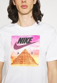 Nike Sportswear - TEE FESTIVAL PHOTO - T-shirt med print - white - 3