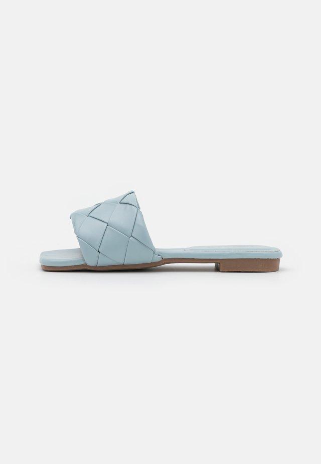 VEGAN FUDO SQUARE TOE SLIDERS - Pantofle - baby blue