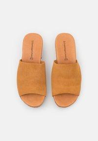 Copenhagen Shoes - SISSEL - Heeled mules - cognac - 5