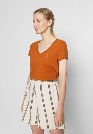 BASIC VNECK TEE WITH EMBRO - Basic T-shirt - mango brown