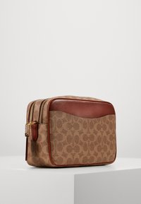 Coach - SIGNATURE CASSIE CAMERA BAG - Umhängetasche - tan rust - 2