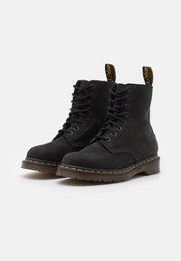 Dr. Martens - 1460 PASCAL 8 EYE BOOT UNISEX - Šněrovací kotníkové boty - black milled - 1