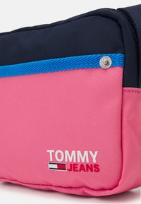 Tommy Jeans - CAMPUS CROSSOVER - Taška spříčným popruhem - pink - 3