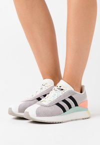 adidas Originals - ANDRIDGE SPORTS INSPIRED SHOES - Sneakersy niskie - cloud white/clear black/chalk coral - 0