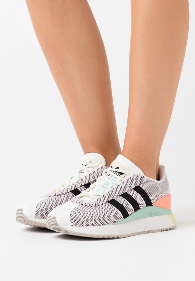 adidas Originals - ANDRIDGE SPORTS INSPIRED SHOES - Sneakersy niskie - cloud white/clear black/chalk coral