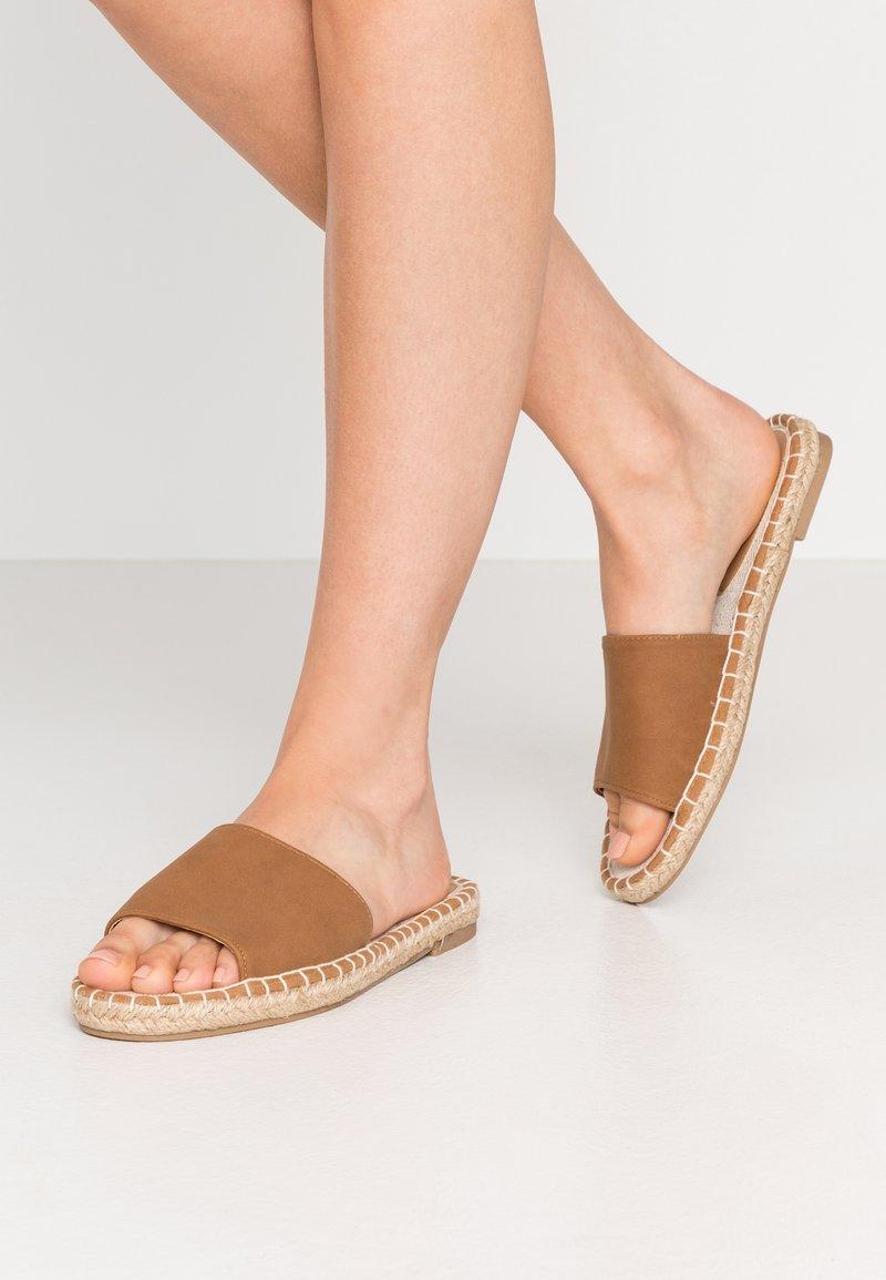 Rubi Shoes by Cotton On - TALYA SINGLE VAMP  - Pantofle - tan