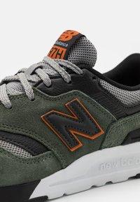 New Balance - 997 UNISEX - Zapatillas - olive/white - 5