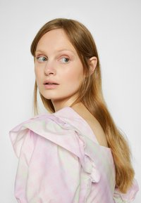 Olivia Rubin - ELLI - T-shirt con stampa - light pink - 5