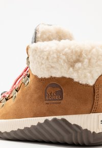 Sorel - YOUTH OUT N ABOUT CONQUEST UNISEX - Lace-up ankle boots - camel brown/quarry - 2