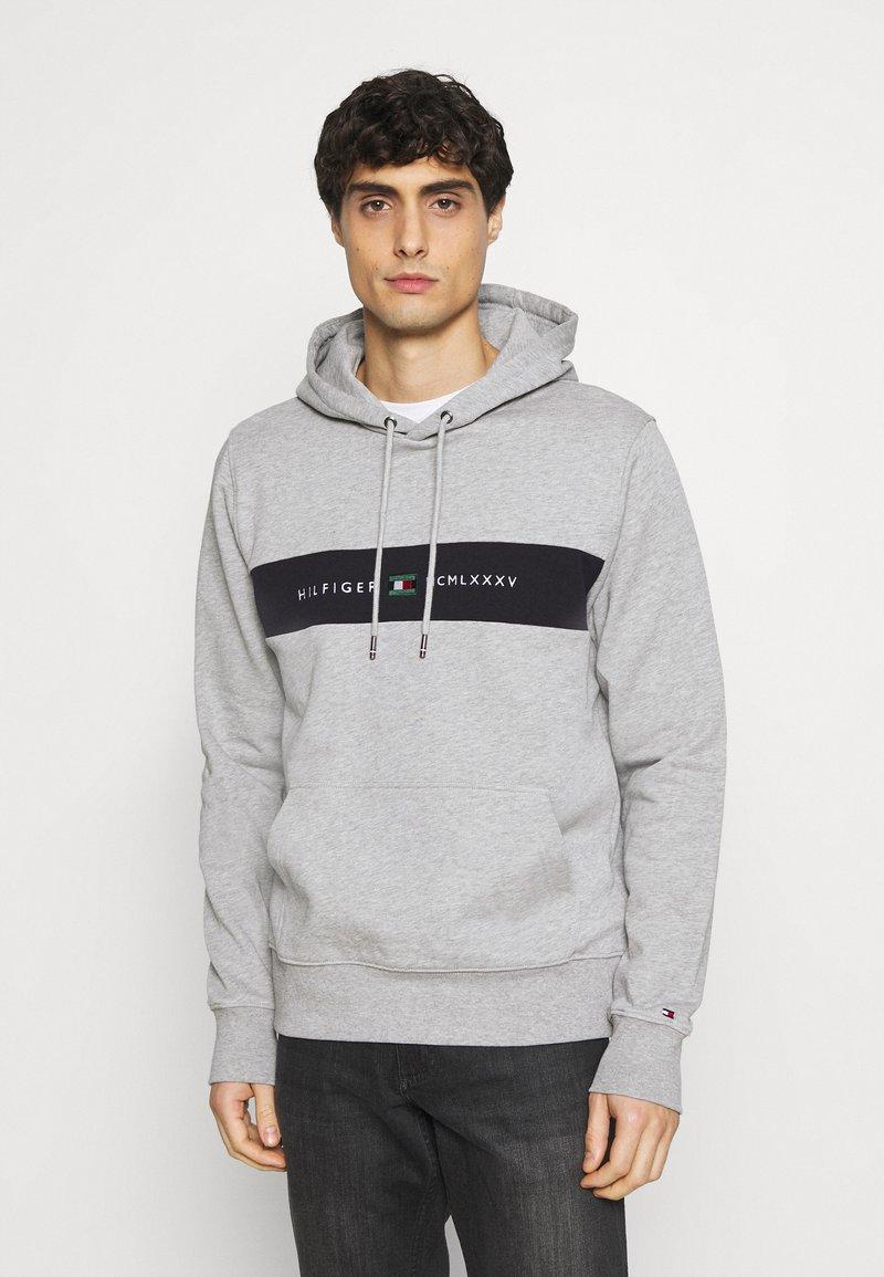 Tommy Hilfiger - NEW LOGO HOODY - Sweatshirt - medium grey heather