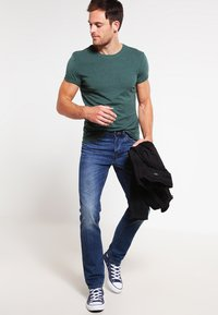Pier One - Basic T-shirt - green melange - 1