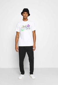 Nike Sportswear - BRAND RIFFS - T-shirt med print - white - 1