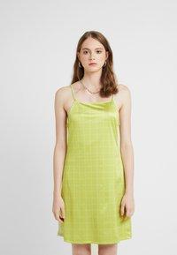 HOSBJERG - NORA LOGO DRESS - Žerzejové šaty - lime green - 0