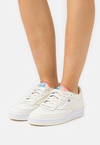 Reebok Classic - CLUB C 85 - Zapatillas - classic white/footwear white/twisted coral - 0