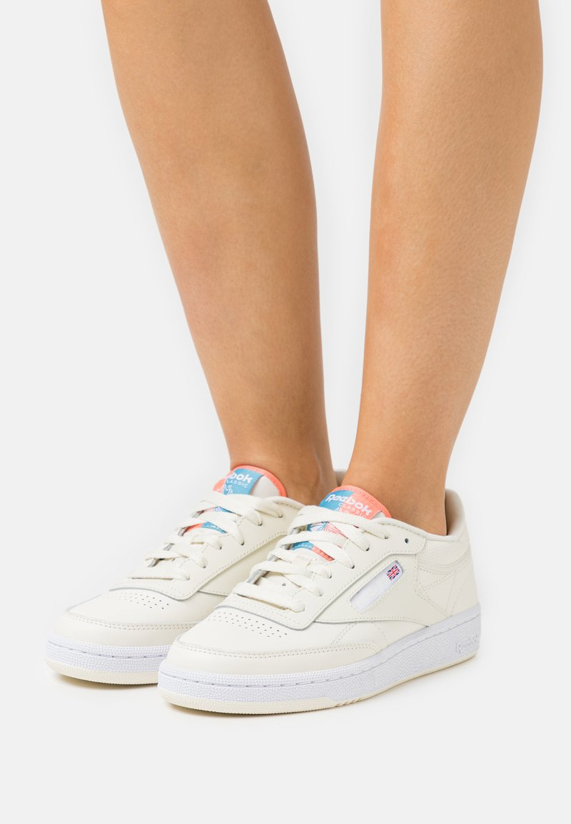 Reebok Classic - CLUB C 85 - Zapatillas - classic white/footwear white/twisted coral