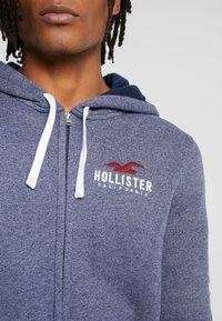 Hollister Co. - TECHNIQUE LOGO - veste en sweat zippée - navy - 4