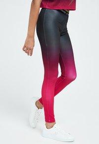 Illusive London Juniors - LONDON FADE  - Leggings - Trousers - pink black - 4