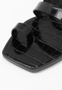 Dolce Vita - ISALA EMBOSSED STELLA - Sandály s odděleným palcem - black - 2