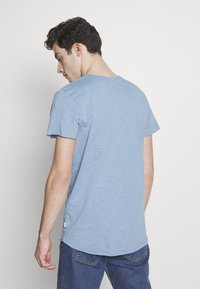 Jack & Jones - JJEBAS TEE - Basic T-shirt - blue heaven