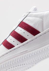 adidas Originals - SUPERSTAR - Sneakersy niskie - footwear white/collegiate burgundy - 5