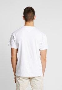 Tommy Jeans - FLAG SCRIPT TEE - Triko spotiskem - classic white - 2