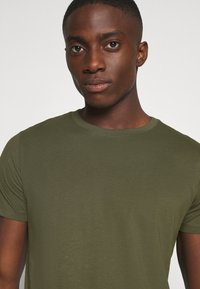 Jack & Jones - JJENOA - Basic T-shirt - forest night - 3