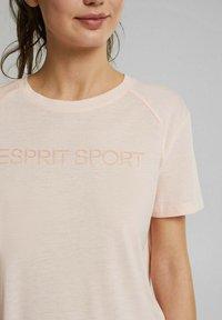 Esprit Sports - MIT LOGO-PRINT - Print T-shirt - peach - 3