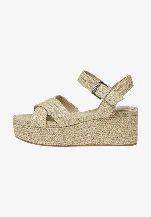 MIT KREUZRIEMEN AUS JUTE - Wedge sandals - sand