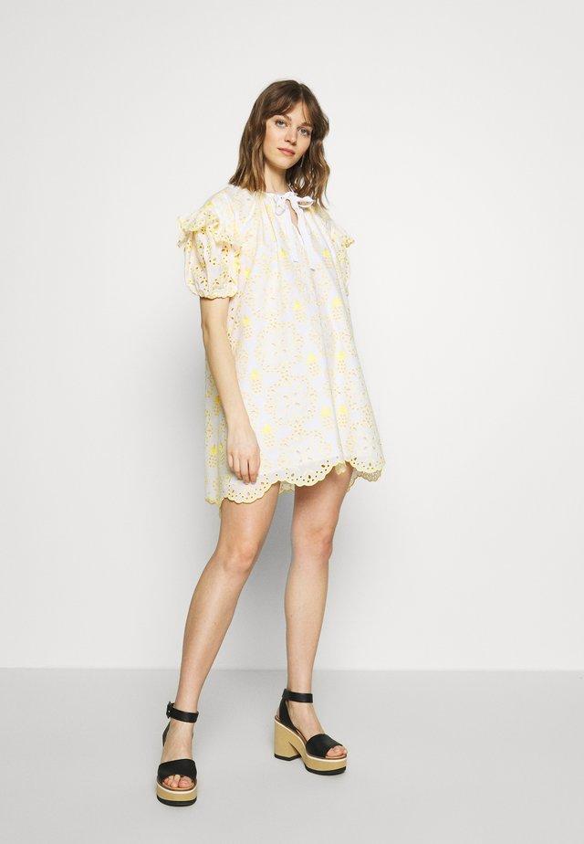 DRESS - Sukienka letnia - fantasia bianco/giallo