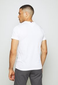 Tommy Hilfiger - COOL SIGNATURE TEE - T-shirt con stampa - white - 2
