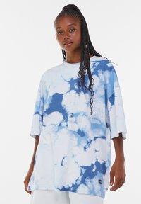 Bershka - OVERSIZED UNISEX - Print T-shirt - white - 5