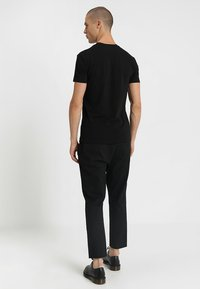 Antony Morato - SPORT V-NECK WITH METAL PLAQUETTE - T-shirts basic - nero - 2