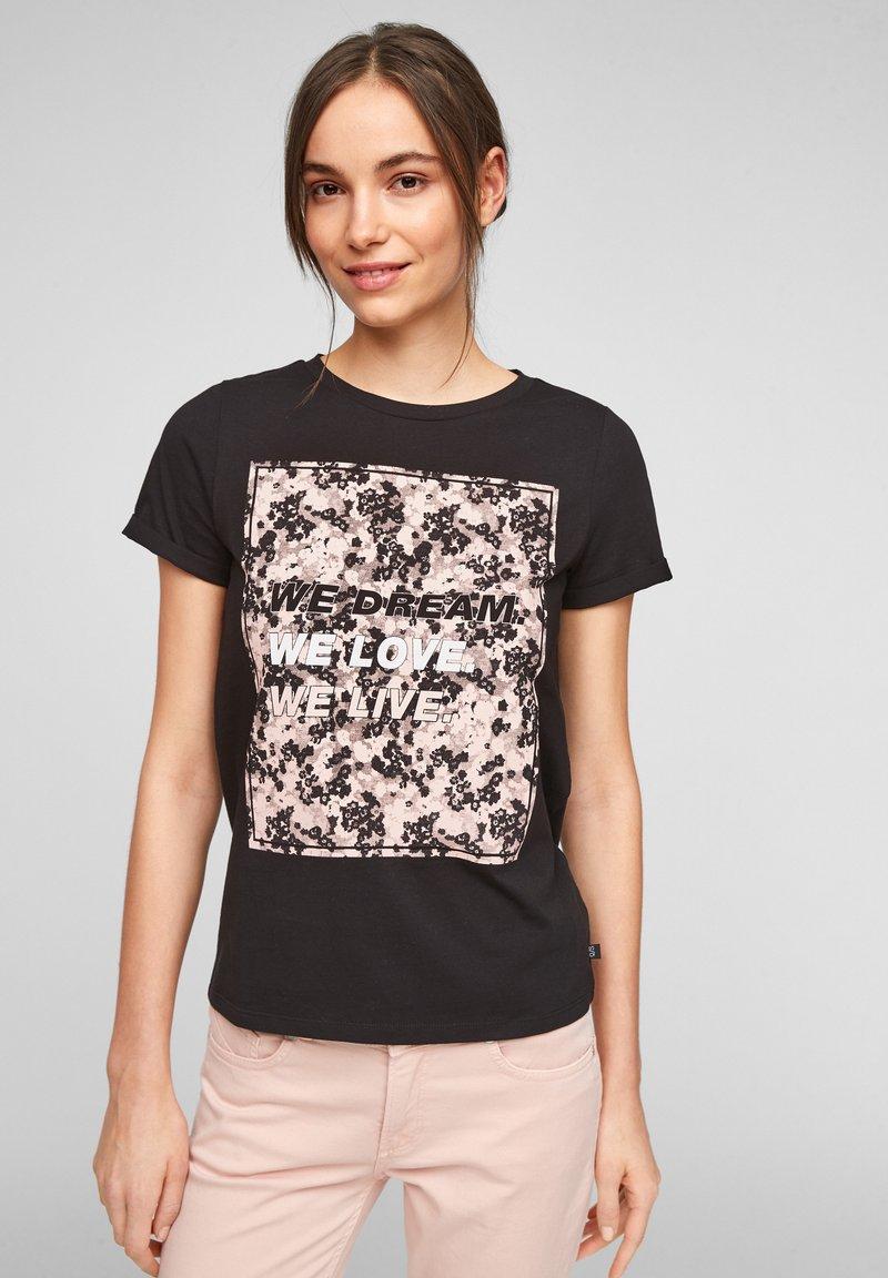 QS by s.Oliver - MIT FRONTPRINT - Print T-shirt - black