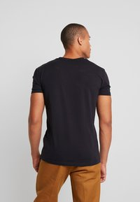 Antony Morato - SPORT V-NECK WITH METAL PLAQUETTE - T-shirt basic - blu notte - 2