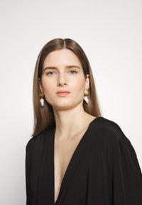 Hermina Athens - HERCULES LOST SEA PIN EARRINGS - Earrings - gold - 1
