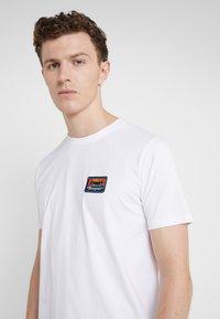 Bricktown - SMALL TAPE - T-Shirt print - white - 4