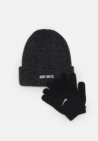 Nike Sportswear - REFLECTIVE BEANIE GLOVES SET UNISEX - Gloves - black - 0